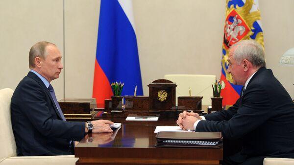 Президент РФ Владимир Путин и руководитель Федеральной таможенной службы Владимир Булавин