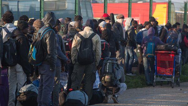 Беженцы в специально организованном центре по распределению мигрантов рядом с лагерем Джунгли в Кале во Франции