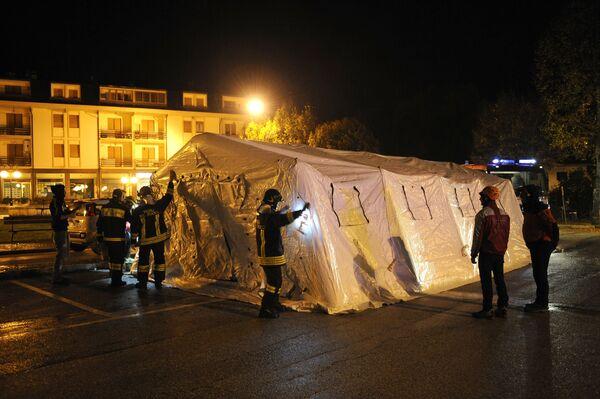 Спасатели разбили палатки для жителей города Уссита после землетрясения в центральной Италии, 27 октября 2016