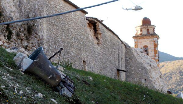 Колокол упавший на землю в результате землетрясения. Норча, Италия