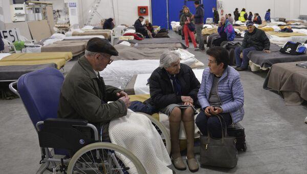 Пострадавшие от землетрясения в месте временного размещения. Кальдарола, Италия