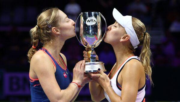 Екатерина Макарова и Елена Веснина празднуют победу в итоговом турнире Женской теннисной ассоциации (WTA) в Сингапуре. 30 октября 2016