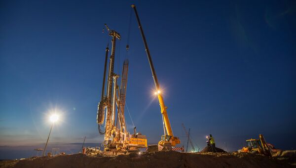Рабочий на строительстве моста через Керченский пролив в Крыму. Архивное фото