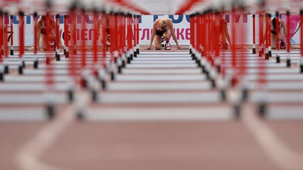 Участницы соревнований в беге на 100 метров с барьерами на чемпионате России по легкой атлетике в Чебоксарах