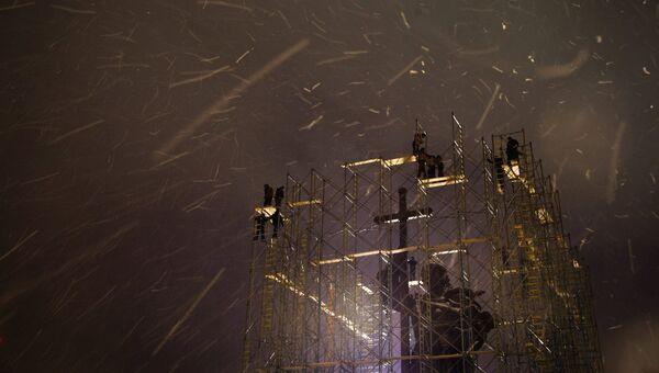 Демонтаж строительных лесов около памятника святому равноапостольному князю Владимиру на Боровицкой площади в Москве