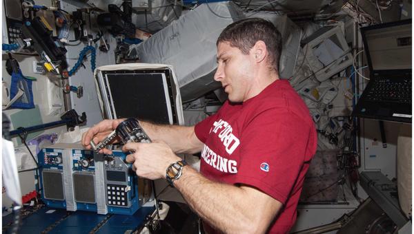 Астронавт Майк Хопкинс проводит эксперименты с бактериями в космосе
