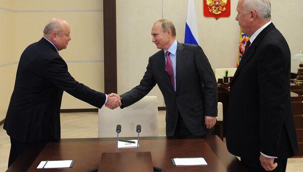 Президент РФ В. Путин встретился c главой госкорпорации Ростех С. Чемезовым и бывшим главой Службы внешней разведки (СВР) М. Фрадковым