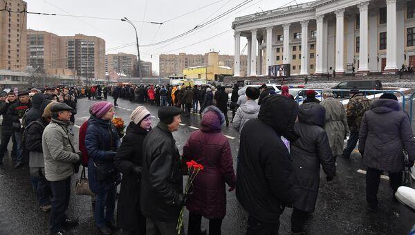 Очередь у театра Российской Армии во время церемонии прощания с актером Владимиром Зельдиным