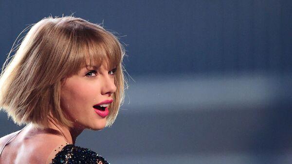 Американская певица Тейлор Свифт на 58-й Annual Grammy Awards в Лос-Анджелесе