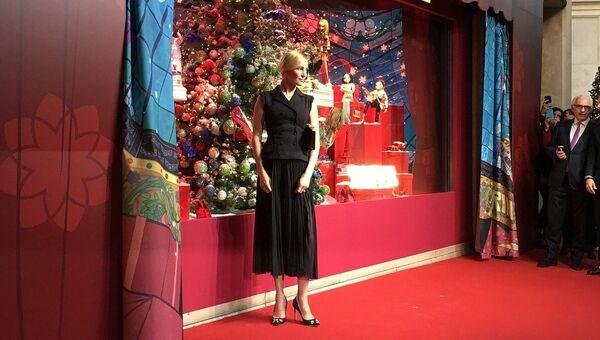 Ума Турман на открытии рождественских витрин в Париже