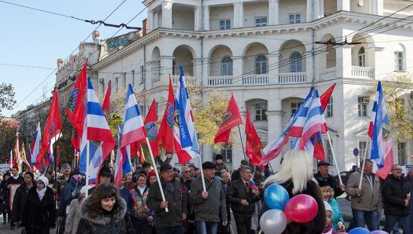 Погода в Севастополе также благоприятствовала празднованию Дня народного единства - ночной ливень сменило солнце, а воздух в городе прогрелся до 10 градусов.