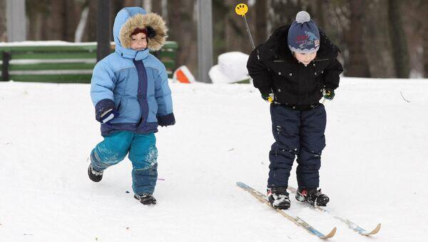 Дети катаются на лыжах. Архивное фото