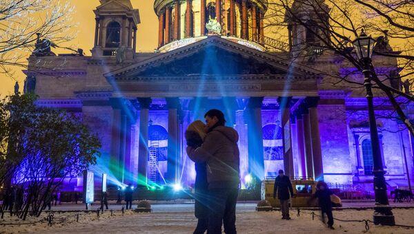 Мультимедийное 3D-маппинг шоу Фестиваль Света 2016 на фасаде Исаакиевского собора в Санкт-Петербурге. Архивное фото.