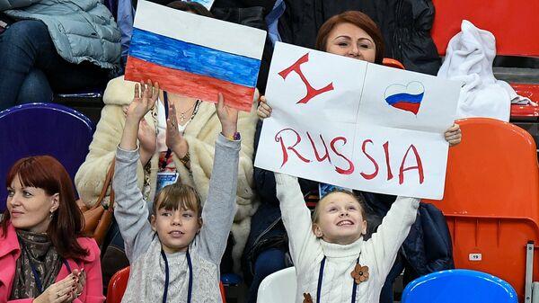 Болельщики во время выступления Юлии Липницкой в короткой программе одиночного катания среди женщин на III этапе Гран-при по фигурному катанию в Москве