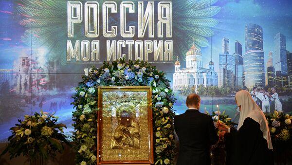 Патриарх Кирилл и президент Путин на открытии выставки Россия - моя история