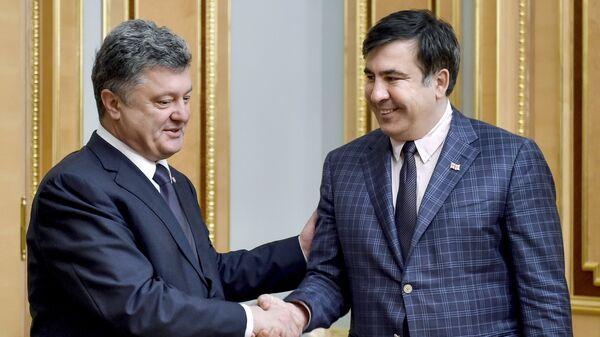 Президент Украины Петр Порошенко (слева) и председатель Одесской областной государственной администрации Михаил Саакашвили во время встречи. Архивное фото