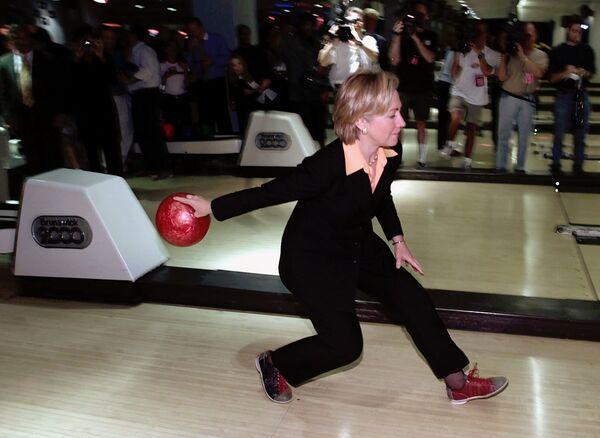 Хиллари Клинтон во время игры в боулинг, 2000 год.