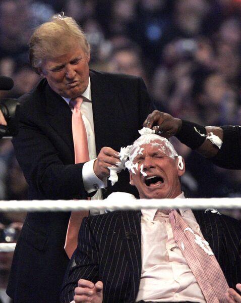 Дональд Трамп бреет голову Винсенту Макмэну в Детройте. 1 апреля 2007