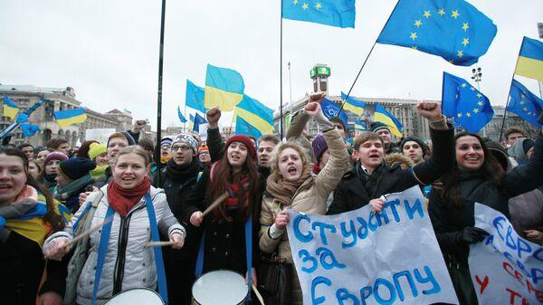Студенты киевских ВУЗов на акции против решения правительства Украины о приостановлении процесса интеграции Украины и Евросоюза на площади Независимости в Киеве