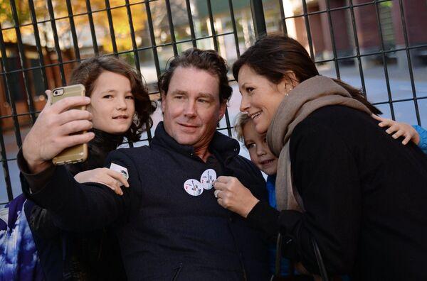 Горожане фотографируются с наклейками I Voted в день выборов президента США в Нью-Йорке