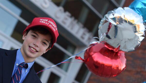 Мальчик у избирательного участка в Гринвиче, США