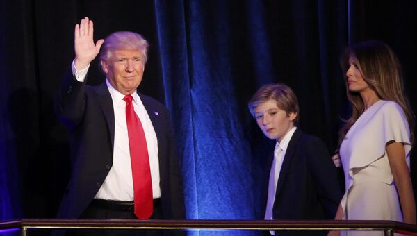 Избранный президент США Дональд Трамп с супругой Меланией и сыном Барроном во время выступления в Нью-Йорке. 9 ноября 2016