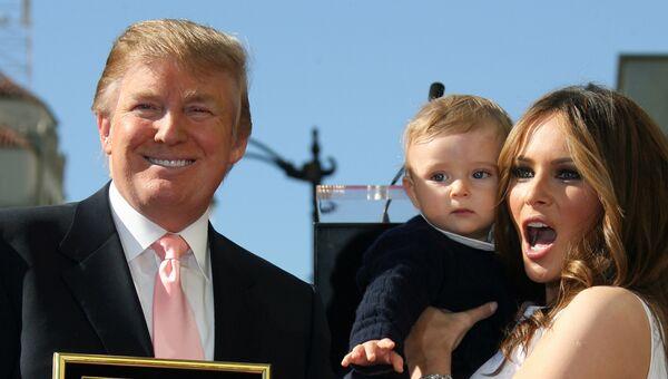 Дональд Трамп, его жена Меланья и сын во время открытия звезды Дональда Трампа на аллее славы в Голливуде, США.  2007 год