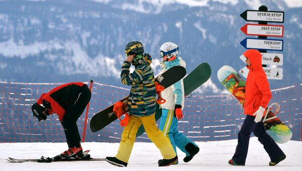 Отдыхающие на склоне горнолыжного курорта Роза хутор. Архивное фото