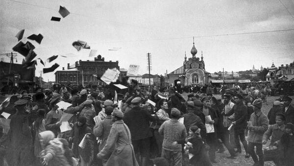 Агитаторы разбрасывают листовки у Дома Советов. Вязьма, 1917