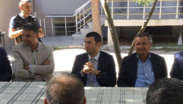 Глава администрации района Дерик на юго-востоке Турции Мухаммед Фатих Сафитюрк (в центре). Архивное фото