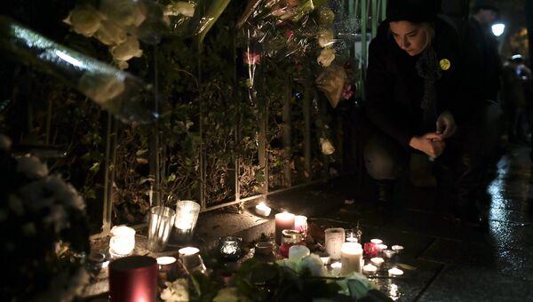 Свечи и цветы у клуба Батаклан перед концертом Стинга. 12 ноября 2016 год