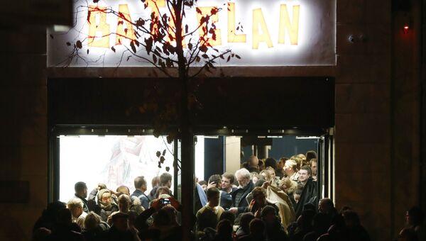 Люди покидают Bataclan после концерта Стинга