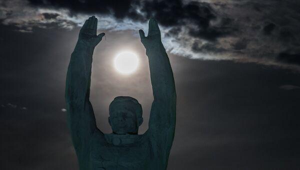 Луна на фоне памятника Юрию Гагарину в Байконуре. 12 ноября 2016