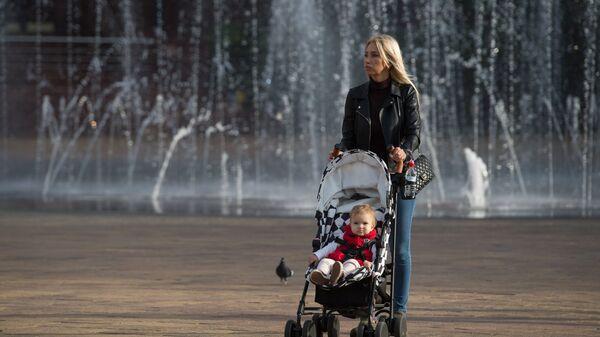 Женщина с коляской на улице Навагинская в Сочи
