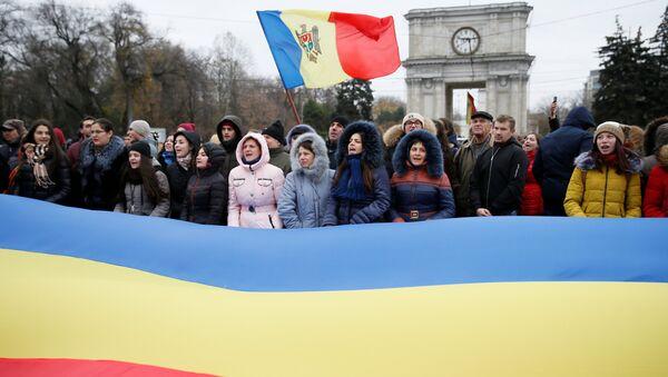 Люди принимают участие в митинге против избранного президента Игоря Додона в Кишиневе, Молдова, 14 ноября 2016