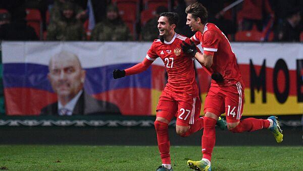 Игроки сборной России Магомед Оздоев и Илья Кутепов радуются голу в товарищеском матче между сборными командами России и Румынии