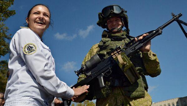 Морской пехотинец на выставке вооружений и спецоборудования во Владивостоке