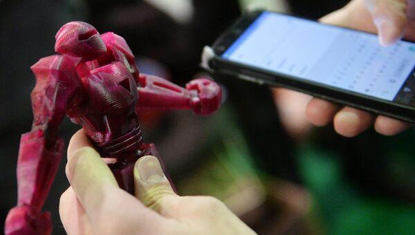 Фигурка робота на выставке 3D Print Expo 2016 в Москве