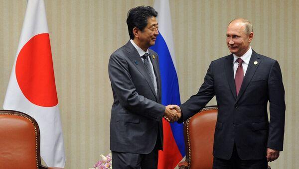 Президент РФ Владимир Путин и премьер-министр Японии Синдзо Абэ (слева). Архивное фото