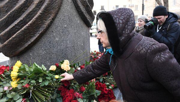 Жители Москвы возлагают цветы к памятнику балерине Майе Плисецкой на улице Большая Дмитровка