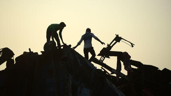 Спасатели на месте крушения поезда в штате Уттар-Прадеш, Индия. Архивное фото