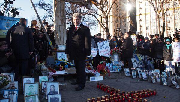 Петр Порошенко на церемонии возложения цветов к кресту Небесной сотни в Киеве. Архивное фото