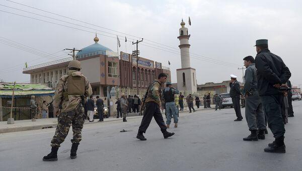 Сотрудники правоохранительных органов Афганистана у мечети в Кабуле после взрыва