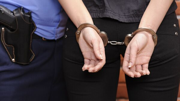 Женщина в наручниках. Архивное фото