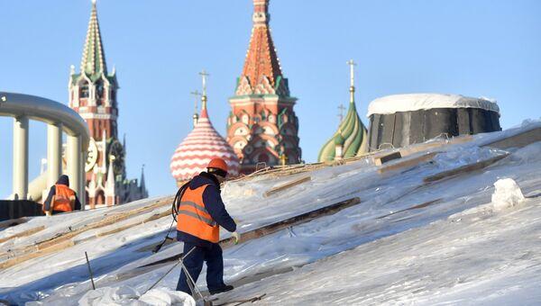 Рабочий на строительстве парка Зарядье в Москве