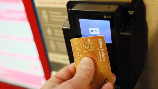 Visa обязала российские банки выпускать только бесконтактные карты