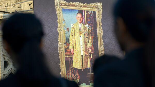 Тайские чиновники клянутся на верность покойному королю Пхумипону Адульядету в Доме правительства в Бангкоке, Таиланд. Архивное фото