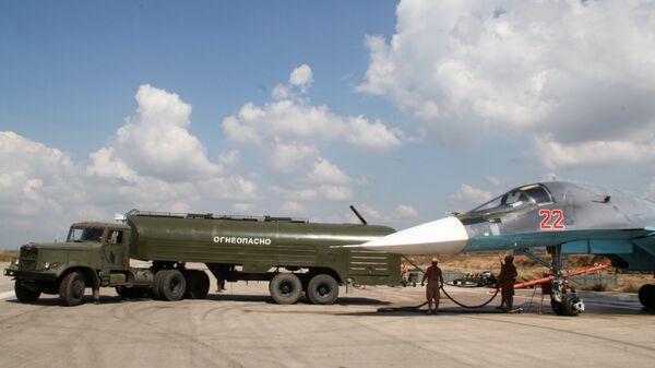Заправка российского истребителя-бомбардировщика Су-34 перед вылетом на авиабазе Хмеймимв Сирии. Архивное фото