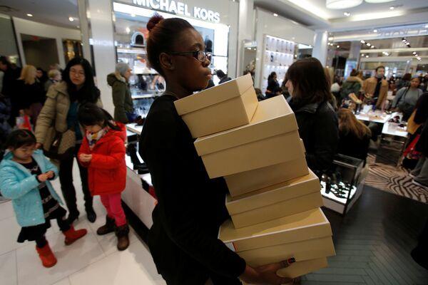 Сотрудник магазина во время распродажи в Черную пятницу в Манхэттене, Нью-Йорк, США