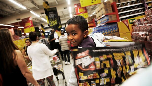 Ребенок в тележке во время распродажи в Черную пятницу в Сан-Паулу, Бразилия